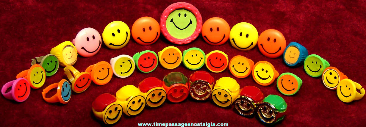 (34) Colorful Old Unused Plastic Smile Face Gum Ball Machine Prize Novelty Toy Rings